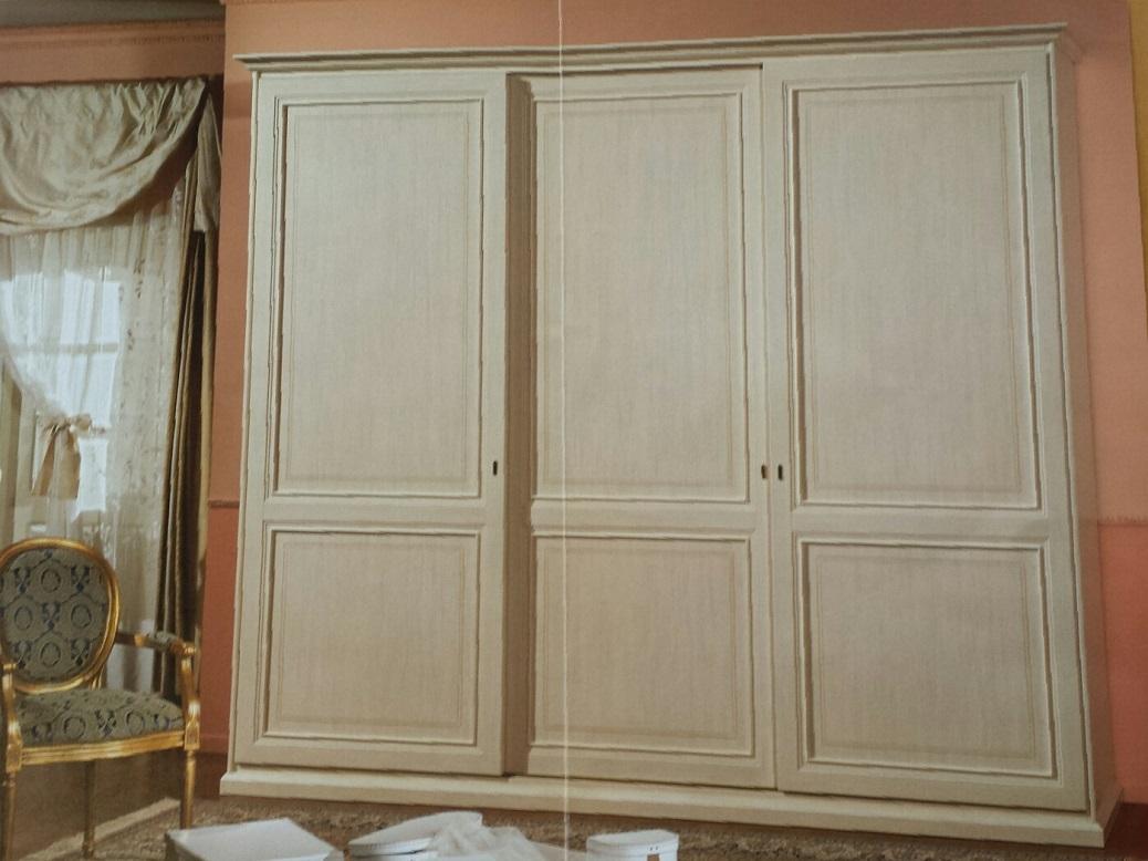 armadio classico laccato anticato ad ante scorrevoli