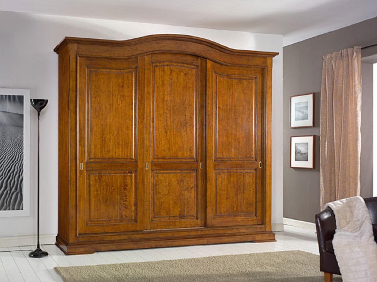 Armadio in legno a tre ante scorrevoli con cassettiera for Armadi da ufficio in legno