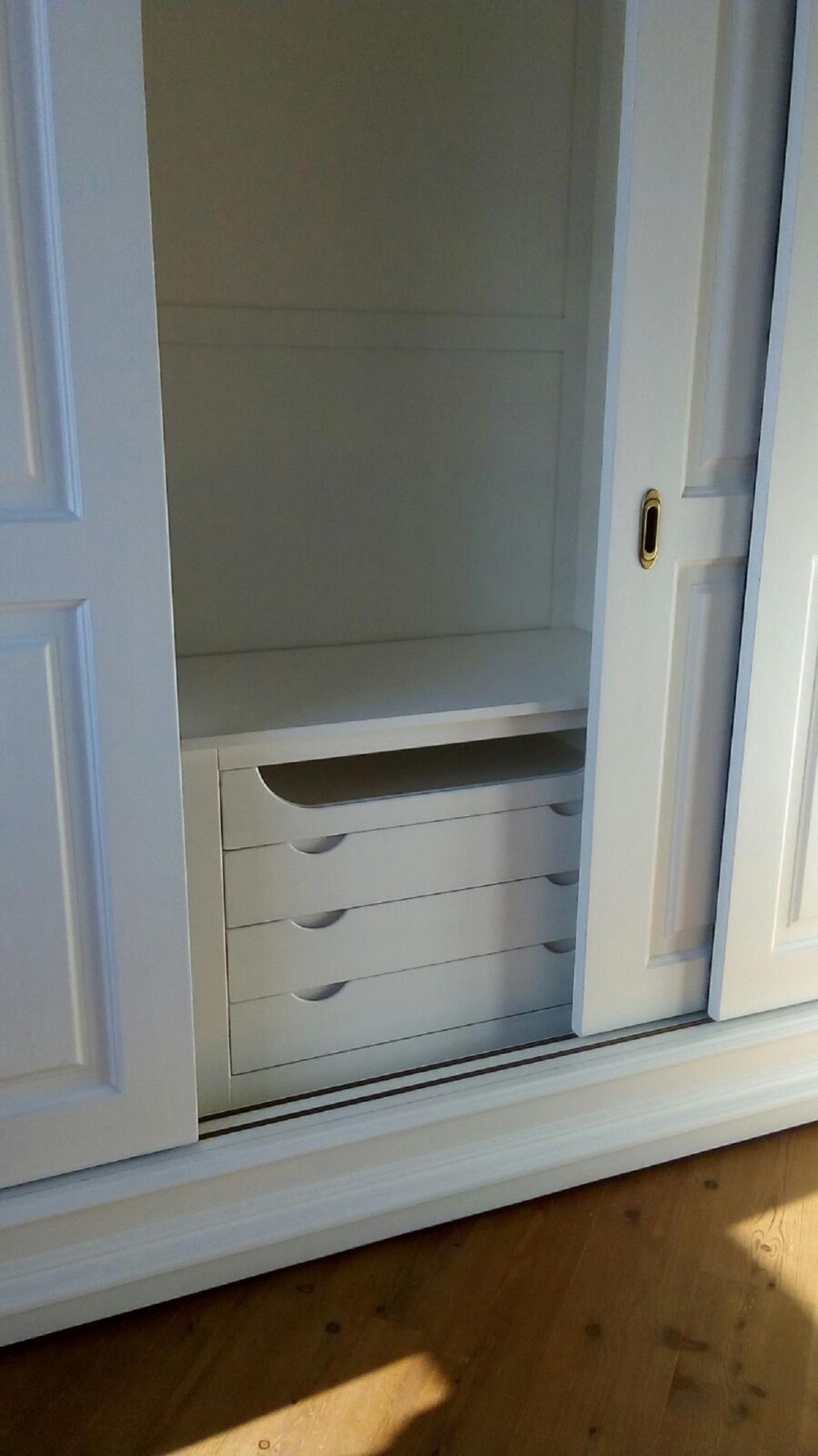 Armadio in legno a tre ante scorrevoli con cassettiera - Cassettiera interna armadio ...
