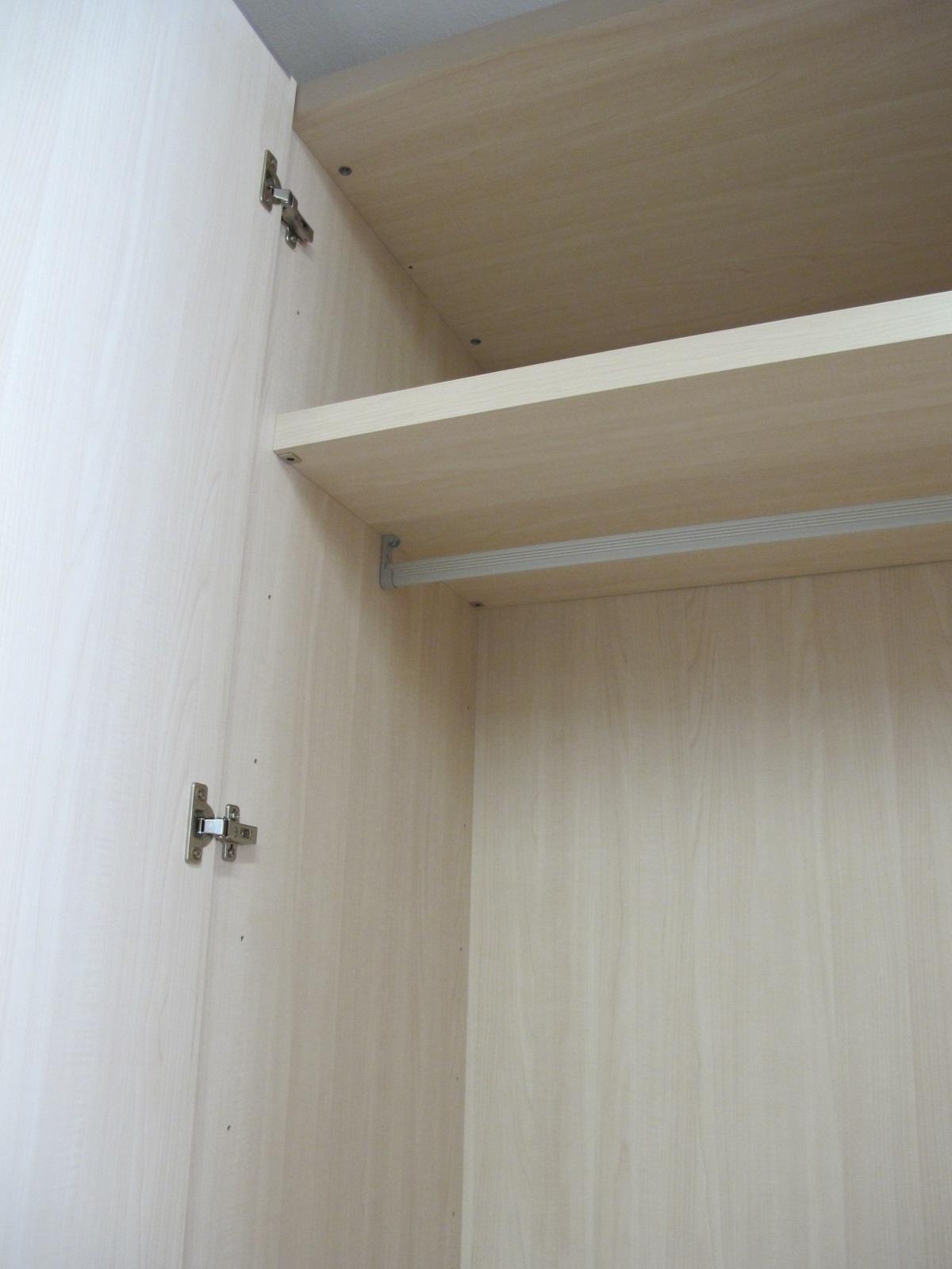Armadio in legno laccato bianco frassino a poro aperto for Legno laccato