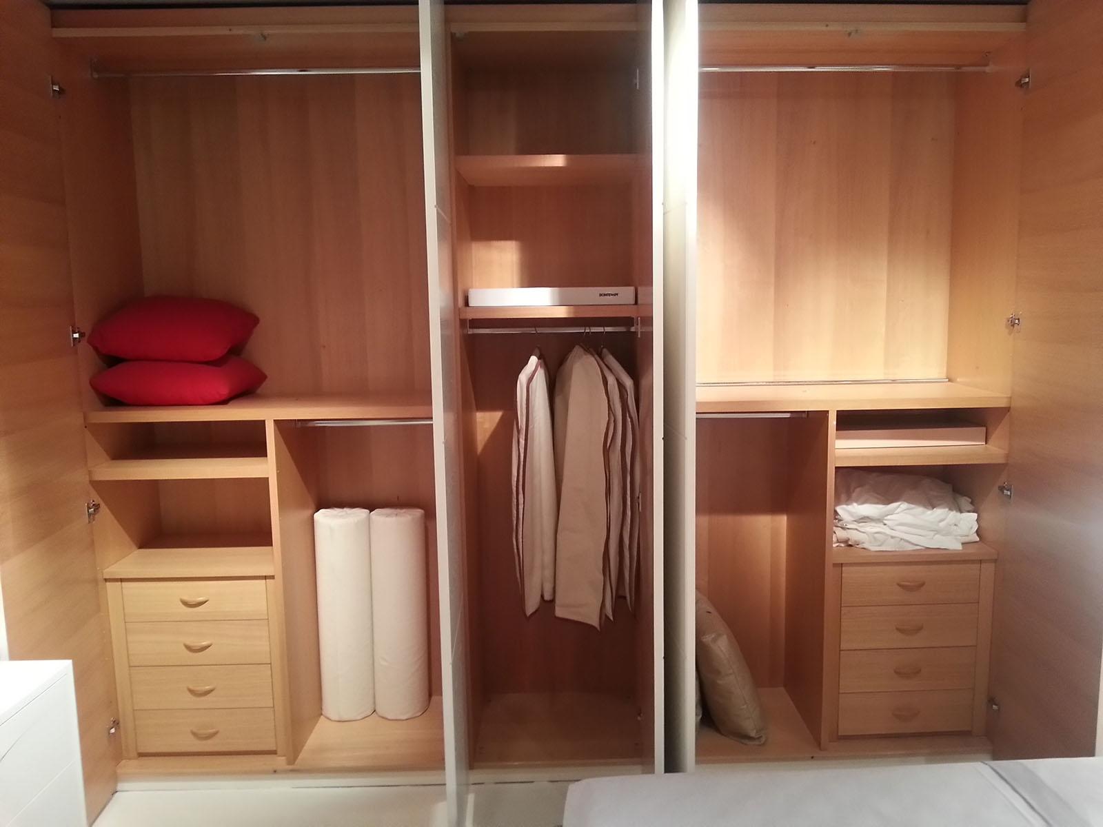 armadio napol battente in legno poro aperto 47 armadi