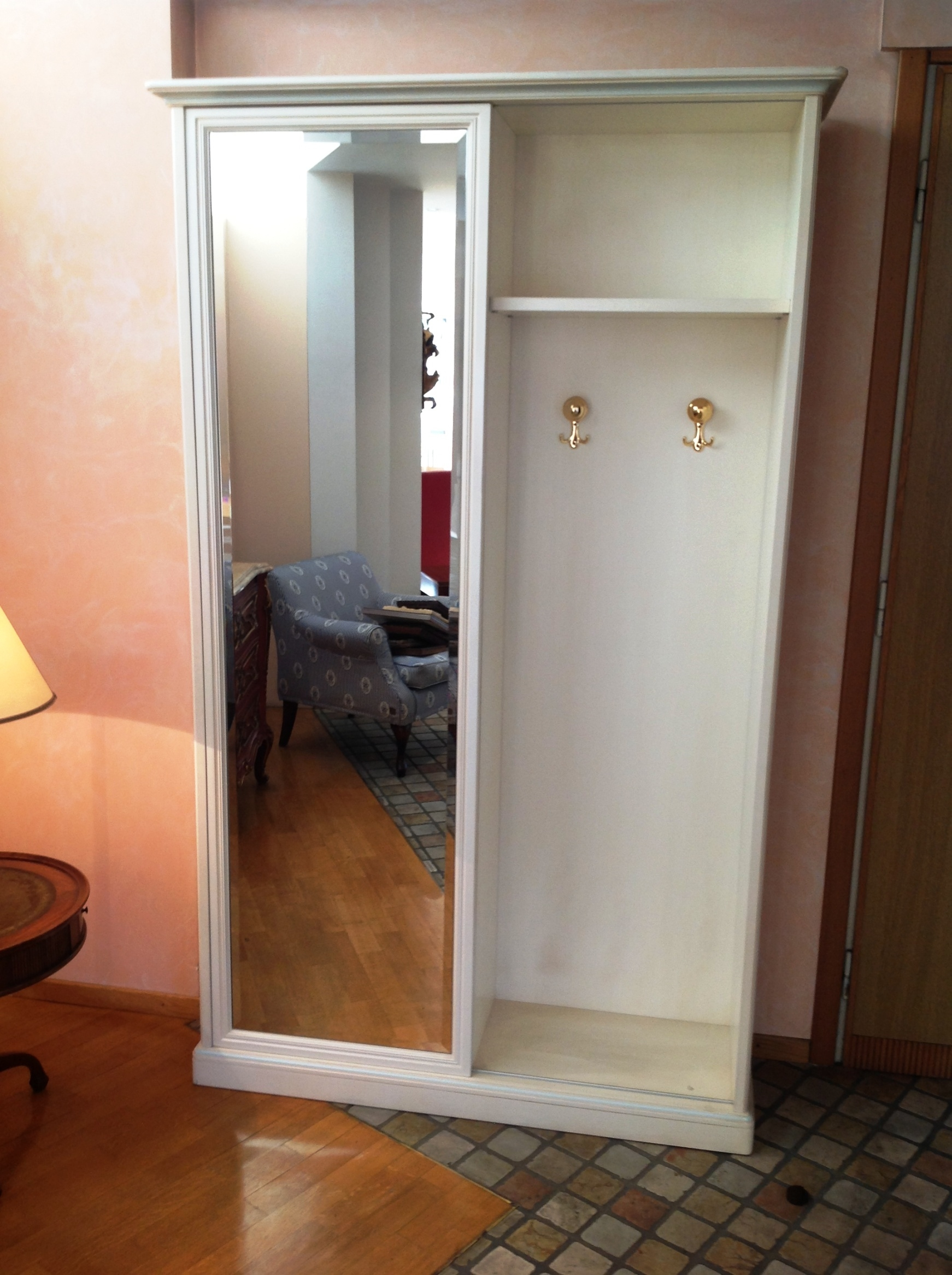 armadio per ingresso in legno laccato bianco patinato con