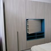 Armadio Style, ante battenti Plana. Colonna attrezzata con TV Rack orientabile.