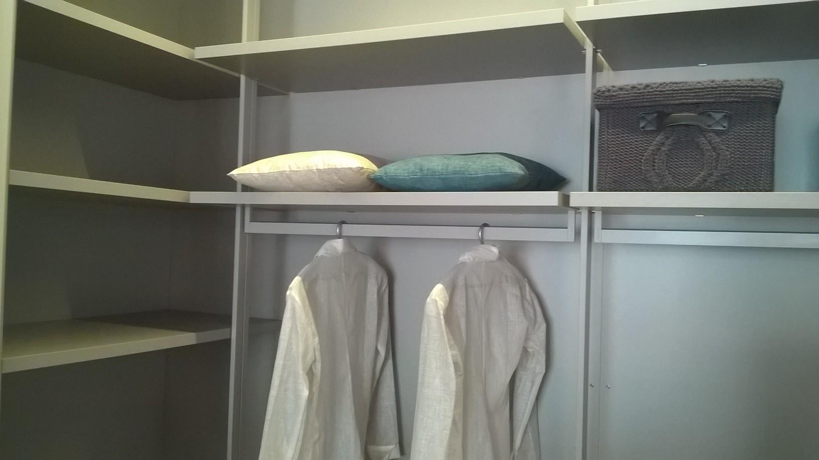 Aste appendiabiti per cabine armadio casamia idea di for Cabina del biscotto di marthastewart com