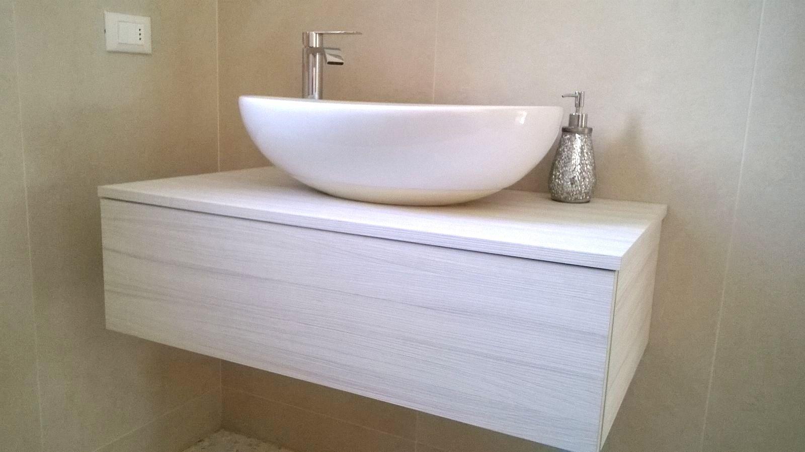 Mobile sospeso da bagno con lavandino a ciotola arredo for 2 br 2 piani casa bagno