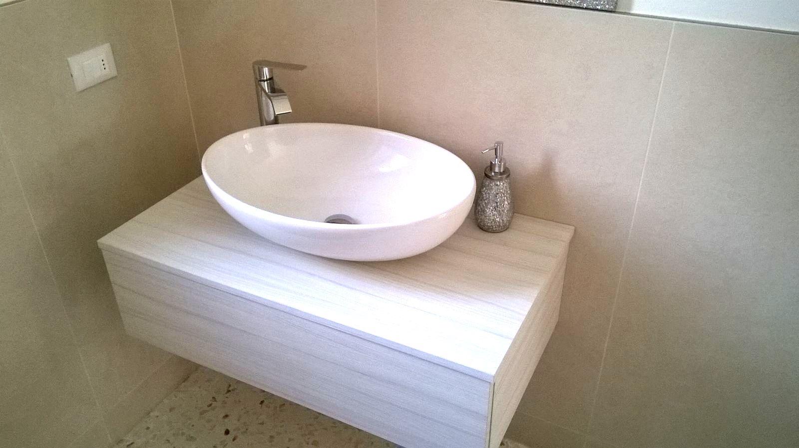 mobile sospeso da bagno con lavandino a ciotola arredo