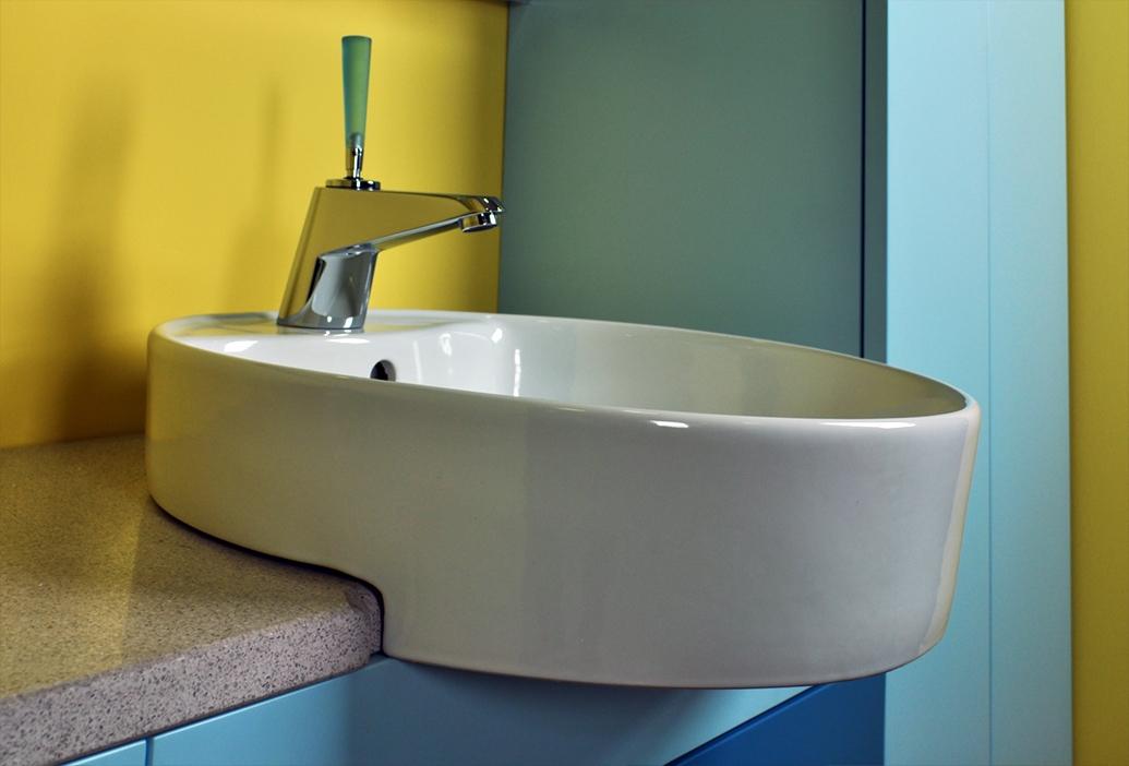 Bagno Moderno Azzurro: Bagno moderno con mosaico blu e ...