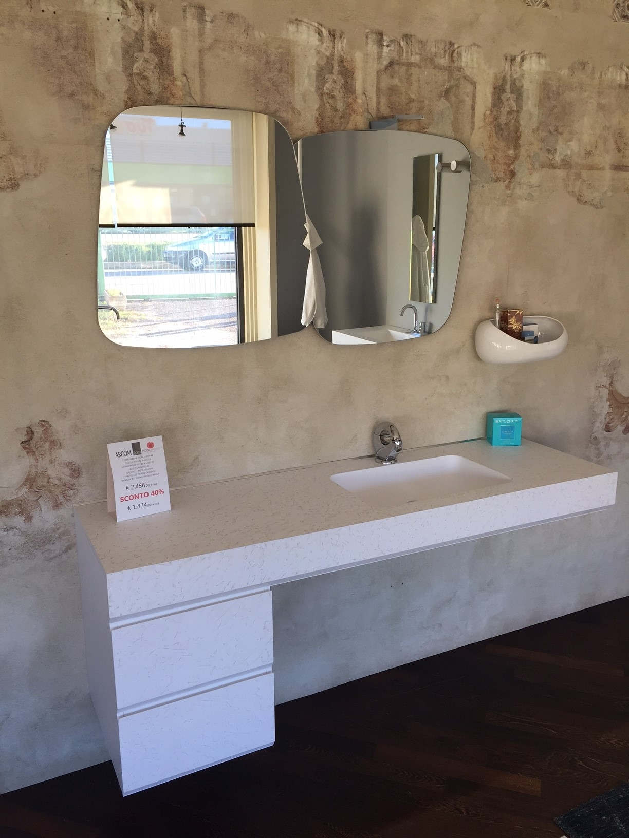 Composizione fiora making con lavabo integrato specchio e - Faretto specchio bagno ...