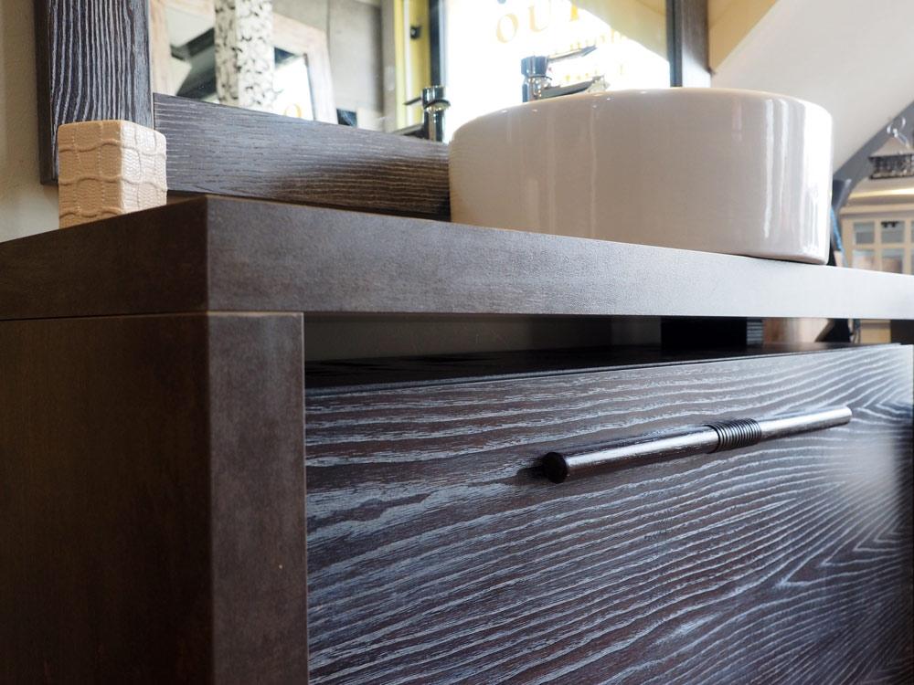 Mobile bagno etno moderno a sospensione in legno massello for Arredo bagno in legno
