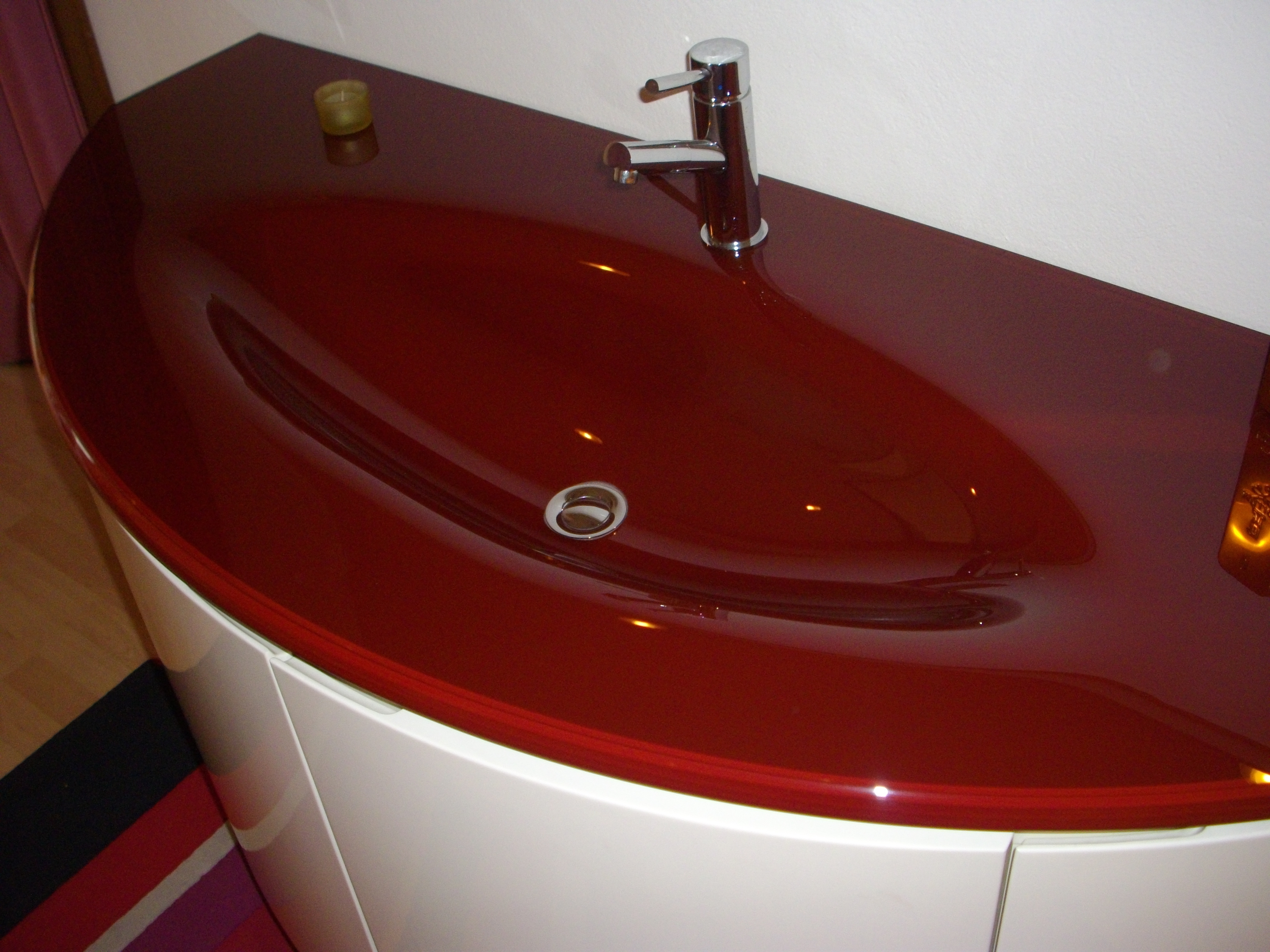 Mobili bagno rossi gallery of arredo bagno colorato with for Arredamenti rossi