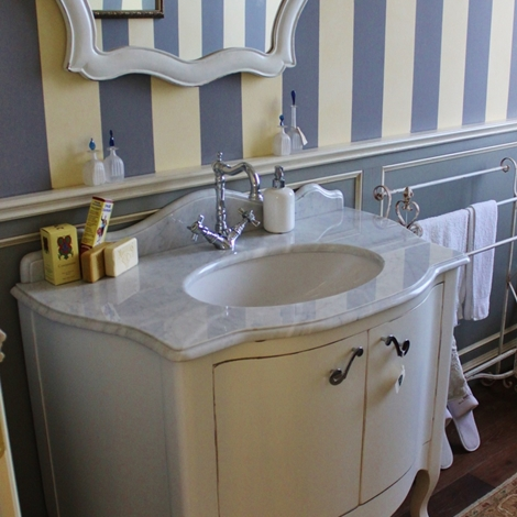 Bagno Legno Marmo: Mobile da bagno mod. Versailles in legno laccato opaco piano.
