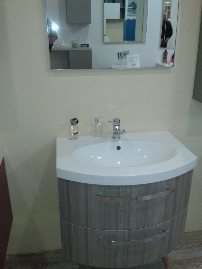 outlet bagno moderno con due cassettoni