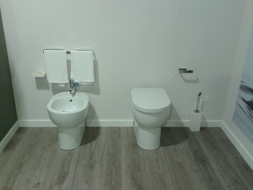 Sanitari per il bagno scavolini bianco lucidi con for Accessori per bagno