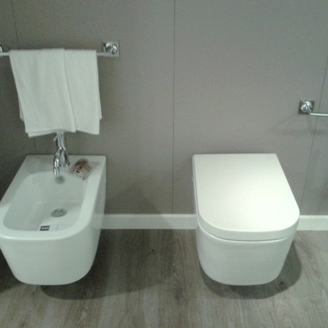 Sanitari sospesi bianco opaco infissi del bagno in bagno - Quanto costano i sanitari del bagno ...