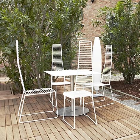 Coppia di sedie modello alieno con schienale alto for Sedie nuovo design
