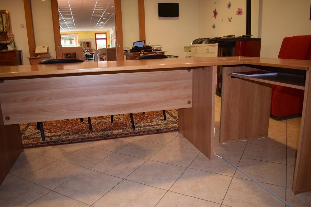 Scrivania angolare direzzionale con due poltroncine for Arredo ufficio prezzi