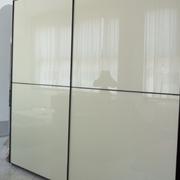 Camera completa in legno Frassino Moka di Vittoria. Con armadio scorrevole con ante in vetro laccato e legno e gruppo letto in frassino moka. Vendita per rinnovo esposizione