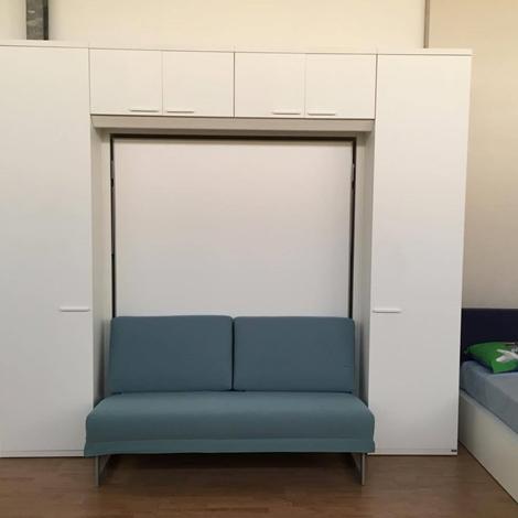 Camera matrimoniale a scomparsa con divano e armadiatura for Divano 60 cm