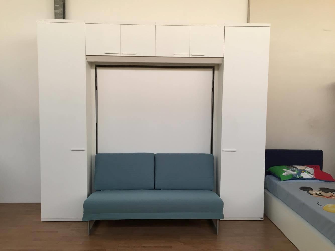 Camera matrimoniale a scomparsa con divano e armadiatura for Camera da letto a ponte ikea