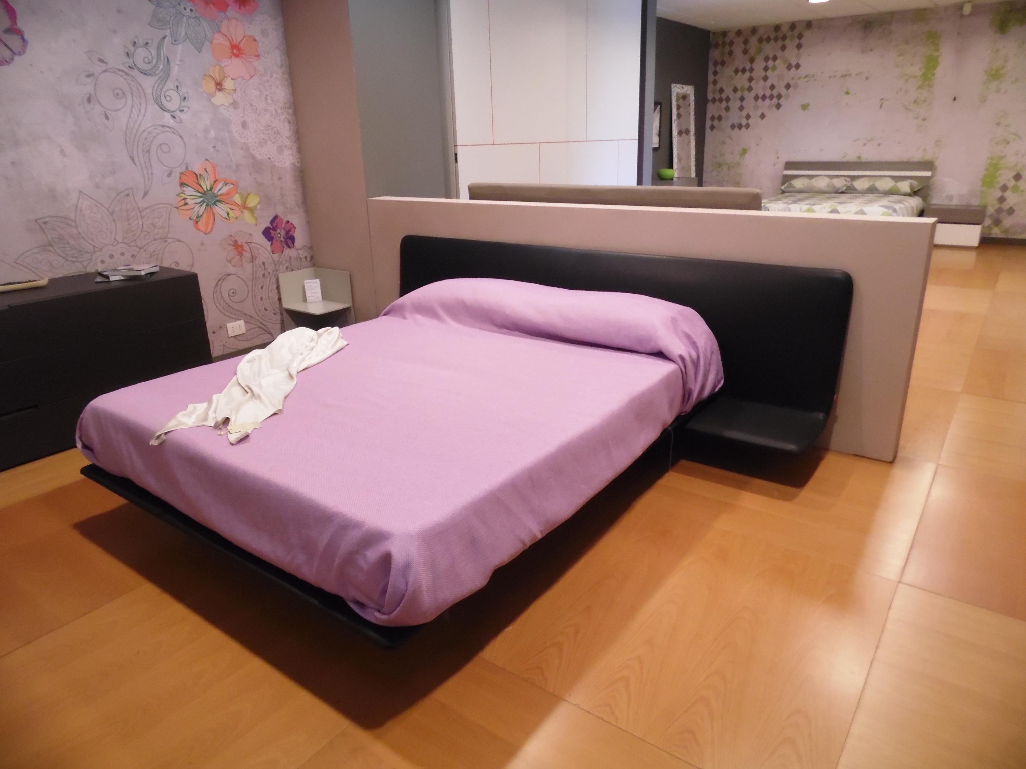 Camera pianca con armadio laccato poro aperto letto filo - I segni zodiacali a letto ...