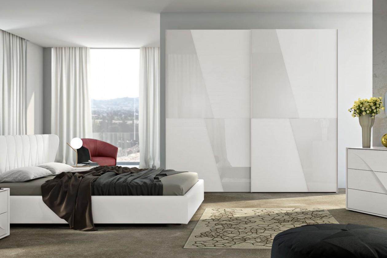 Camera moderna in legno con armadio ante scorrevoli for Camere da letto in legno prezzi