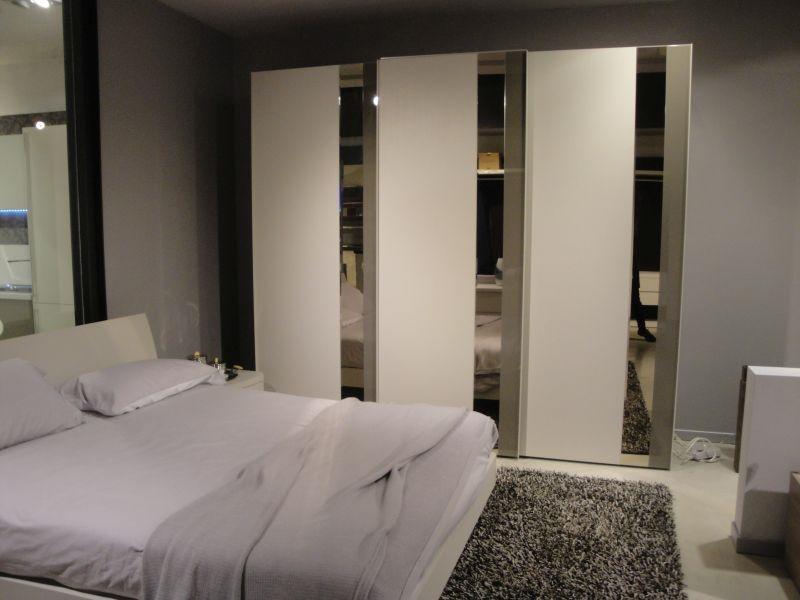 Camera matrimoniale moderna con armadio ante scorrevoli - Camera matrimoniale moderna ...