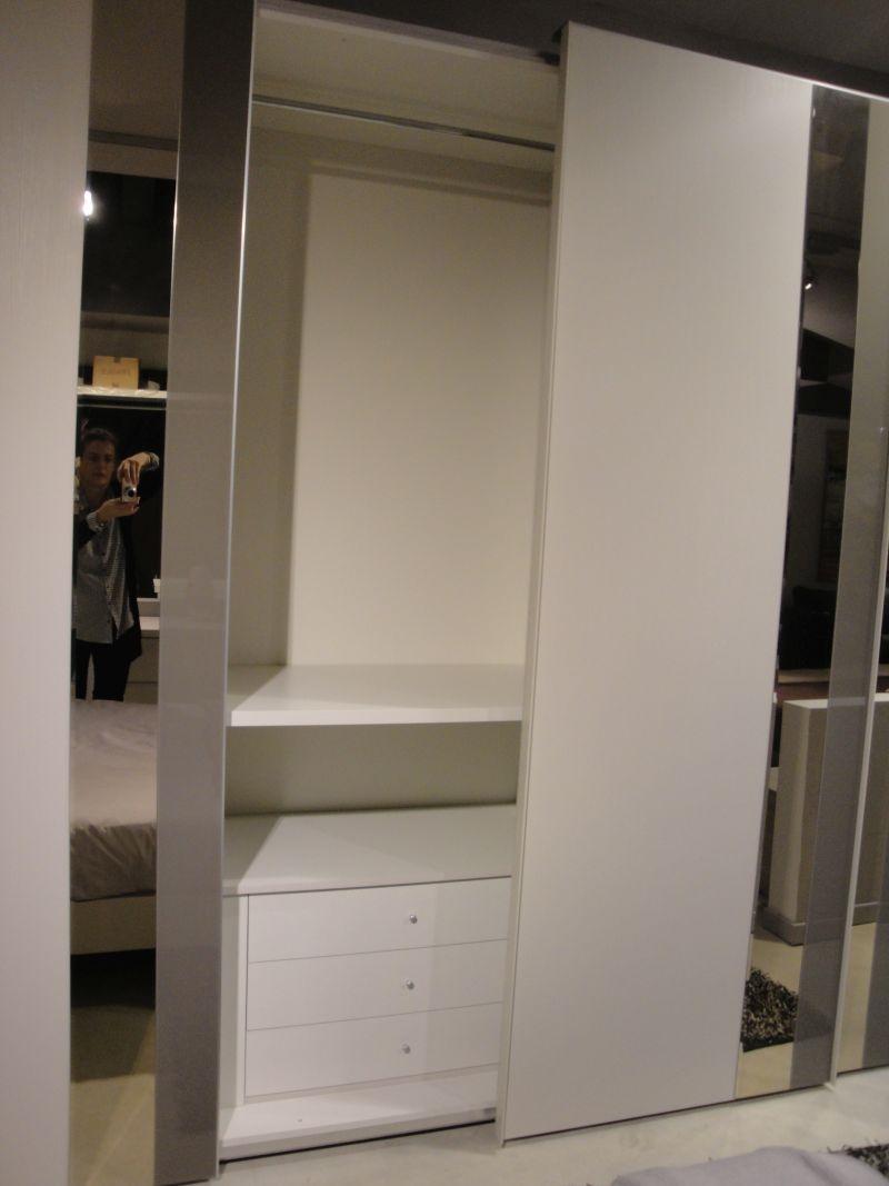 Camera matrimoniale moderna con armadio ante scorrevoli ...