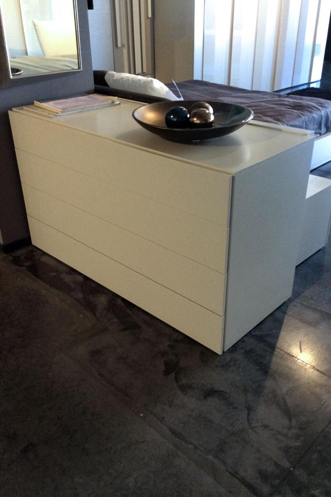Com moderno a quattro cassetti camere a prezzi scontati for Lops arredi distretto del design trezzano