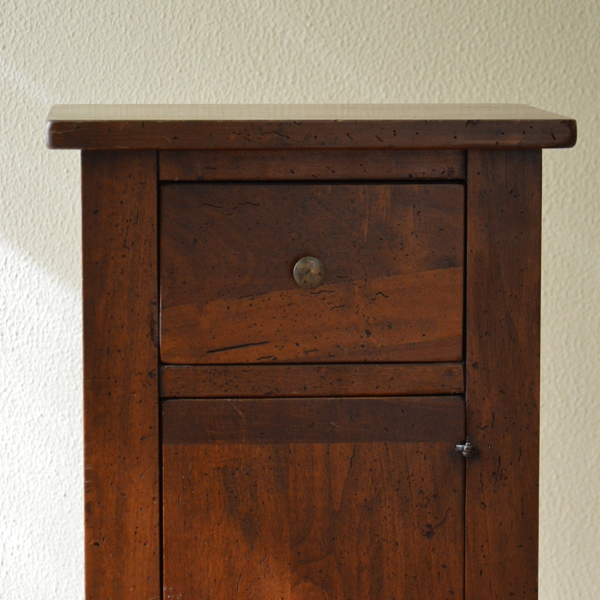 Comodino in legno massello - scontato del -57% - Camere a ...
