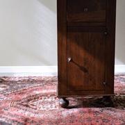 Comodino in legno massello con comodo cassetto porta oggetti doato di antina con apertura a destra. Il comodino è stato progettato e prodotto in Italia. Scontato del -57%. Offerta Outlet Mobilgross