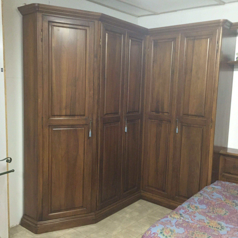 Offerta camera con armadio ad angolo noce nazionale for Armadio camera da letto offerte