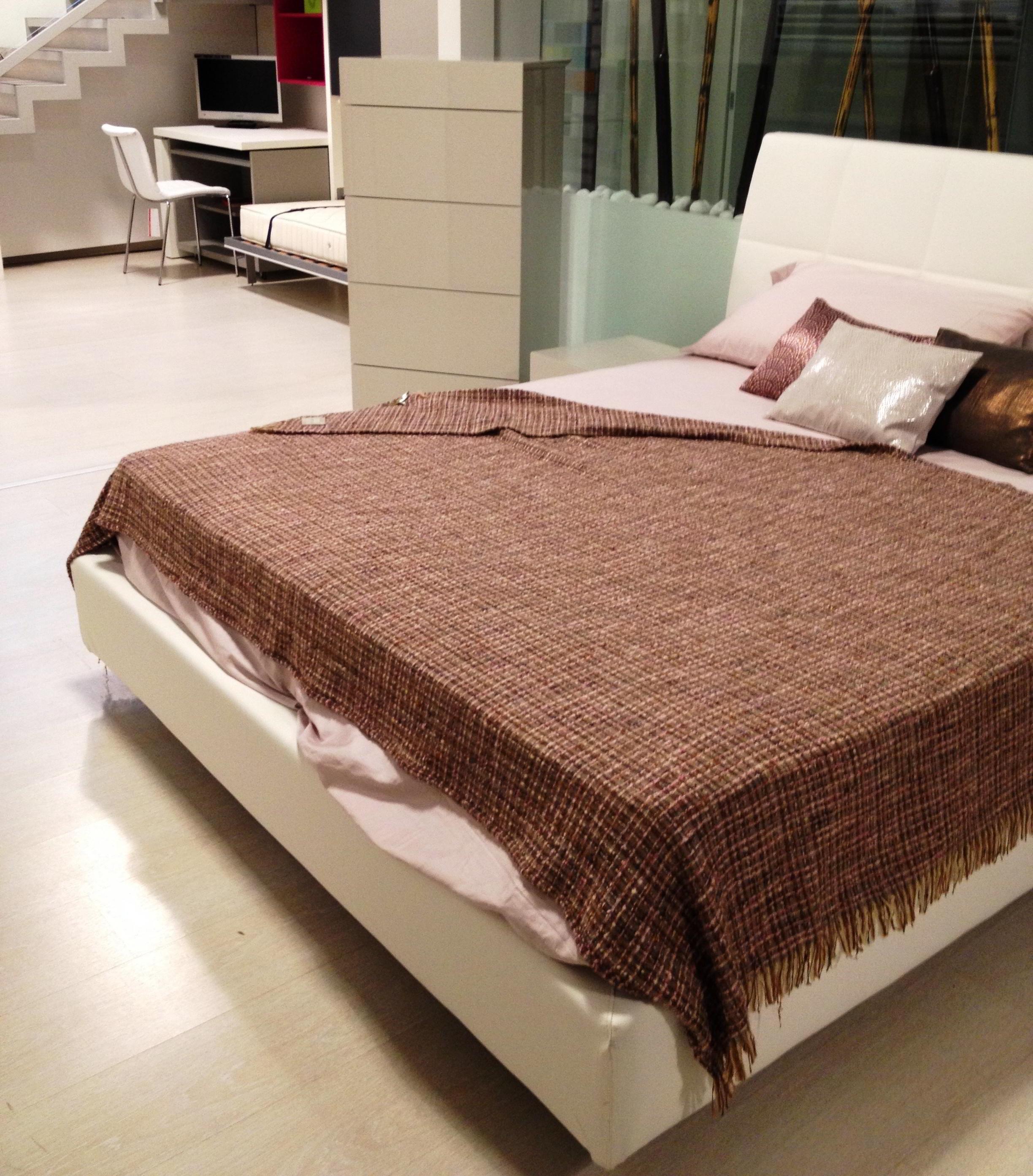 Offerta camera matrimoniale composta da letto imbottito - Letto e comodini ...