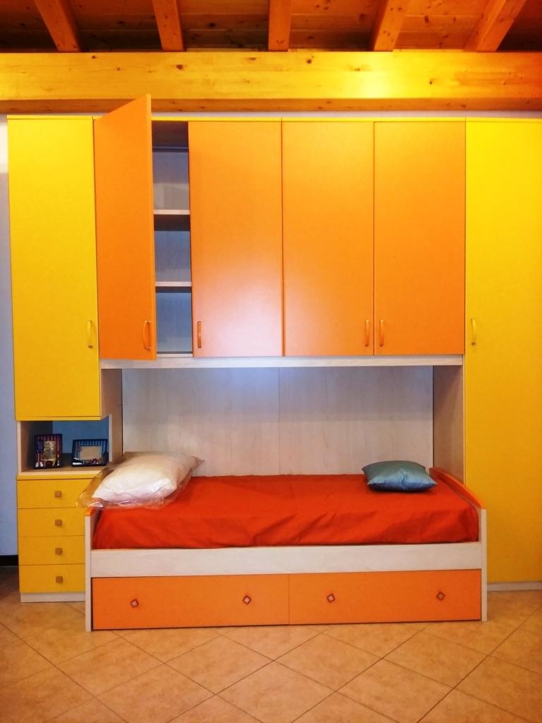 Cameretta colorata armadio a ponte con un letto - Camerette con letto a ponte ...