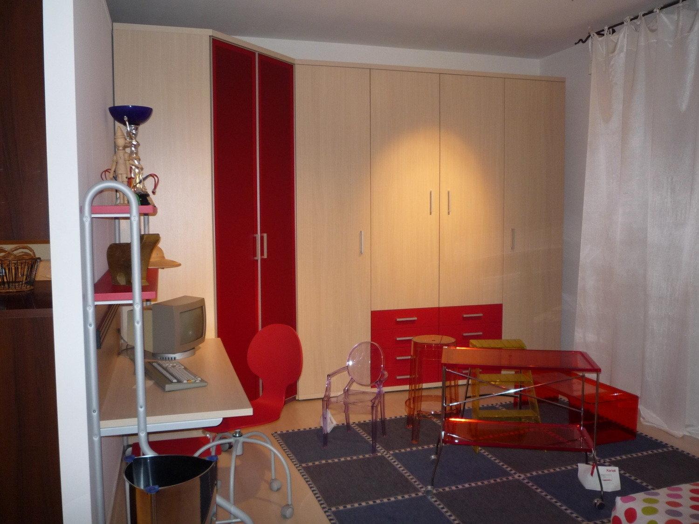 Camera da letto con rivestimento in pietra e camino a gas for Camera da letto in stile cabina