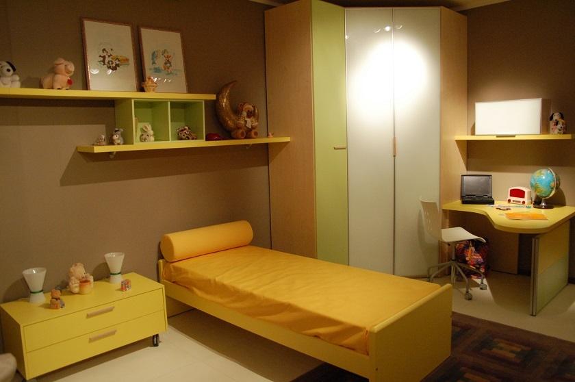 Parete Gialla Cameretta: La cameretta dei giochi gialla e verde. Mobili fiorella barletta e ...