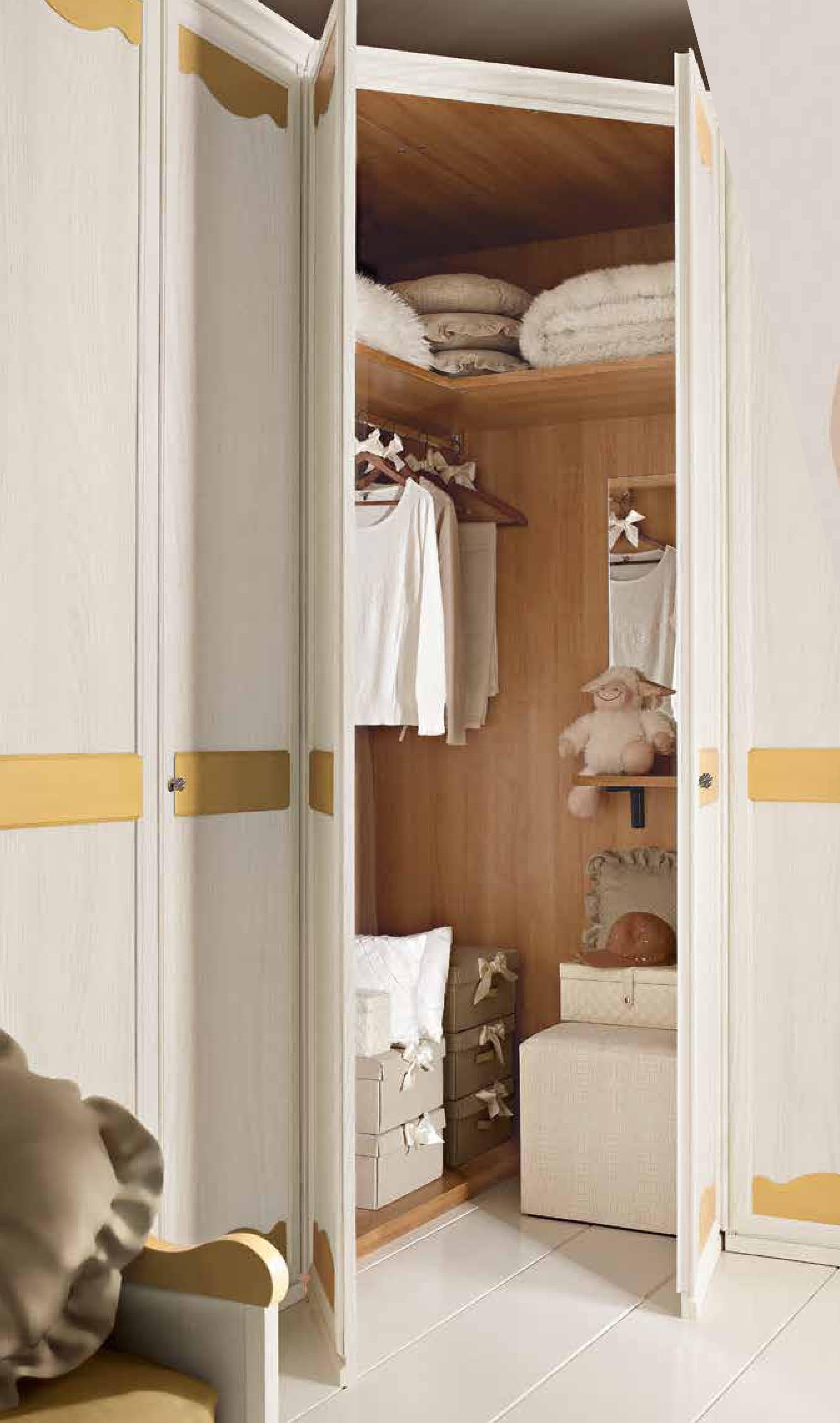 Cameretta in legno con armadio angolare a sei ante for Cameretta armadio