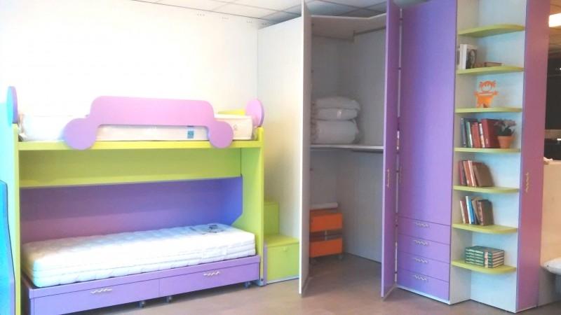 Cameretta in offerta con letto castello e cabina - Divani letto a castello ikea ...