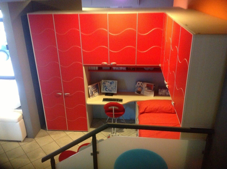 camerette rosse e blu : ... rosse, in una composizione angolare con letto, scrivania, pensili e
