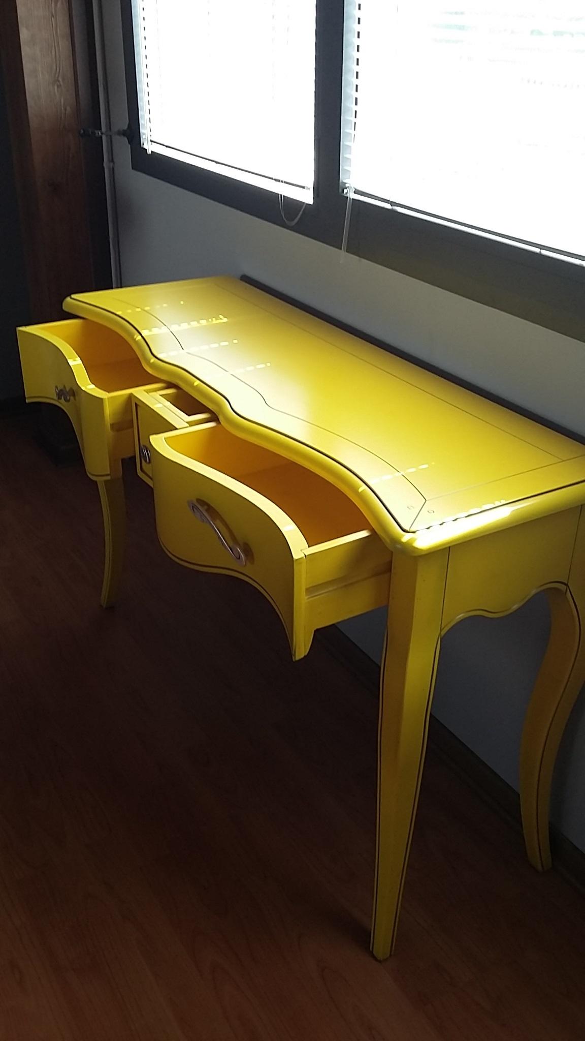 Illuminazione o gialla kartell lada take gialla faretti for Consolle nera laccata