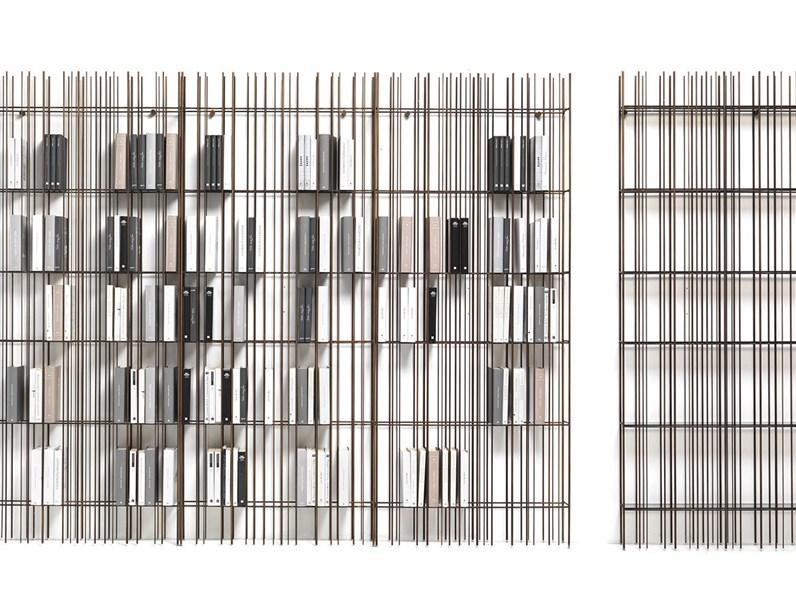 Libreria in ferro con ripiani in vetro Mogg modello Metrica