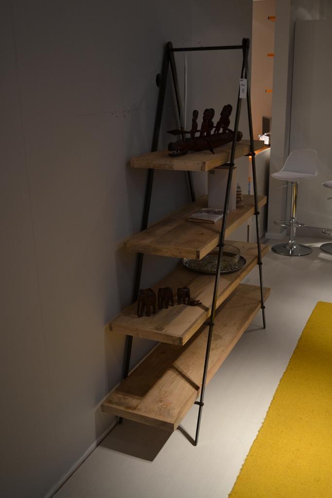 Libreria con struttura in ferro battuto e ripiani in legno for Mensole in ferro battuto