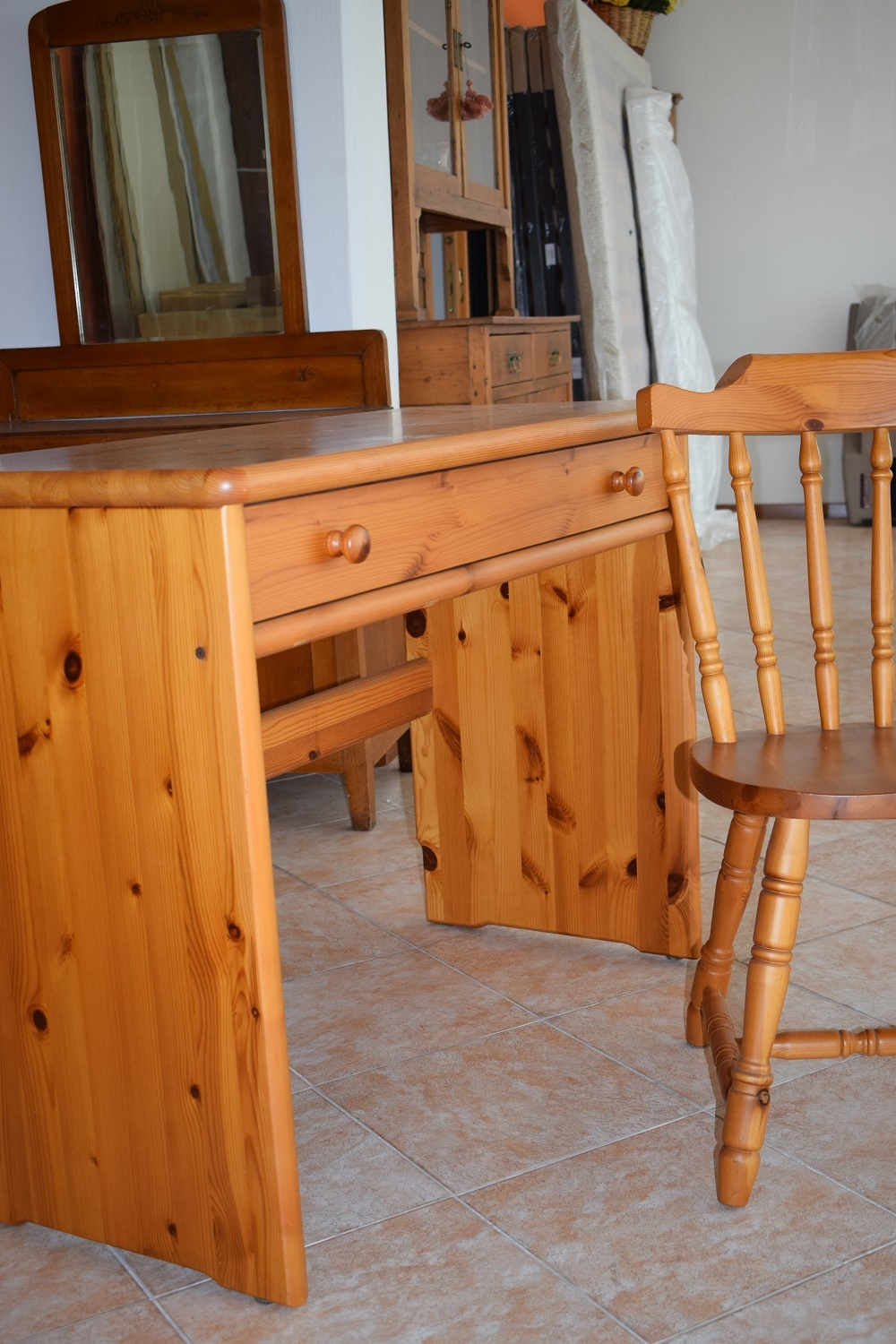 Latest crivania in pino rustica in legno massello con for Scrivania legno