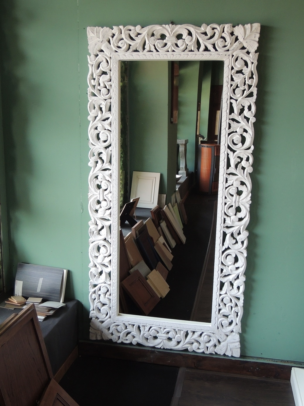 specchio da parete con cornice in legno decapata bianca