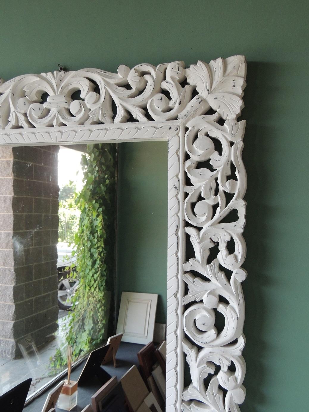 Specchio da parete con cornice in legno decapata bianca ...