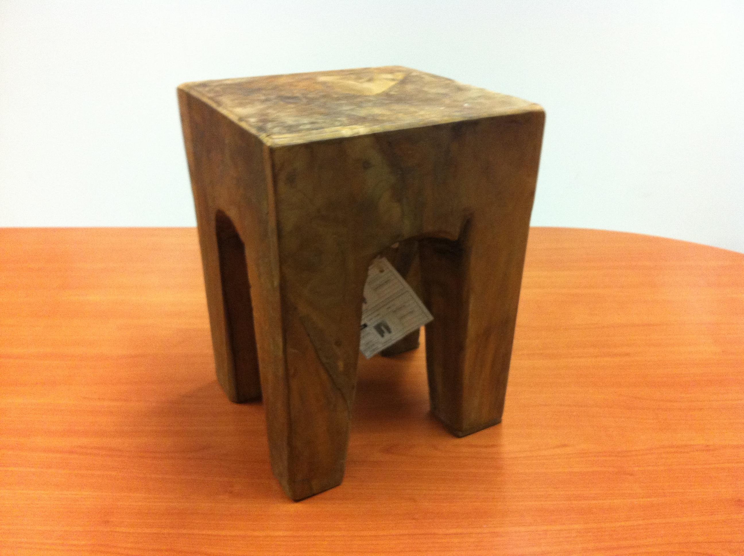 Sgabello in legno massiccio complementi a prezzi scontati for Arredamento indonesiano