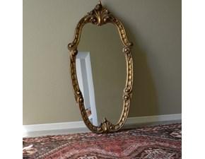 Specchiera in legno massello di Produzione Artigianale. Cornice specchiera dorata con intagli floreali e decorazioni sul lato esterno. Scontata del -53%. Offerta Outlet Mobilgross.