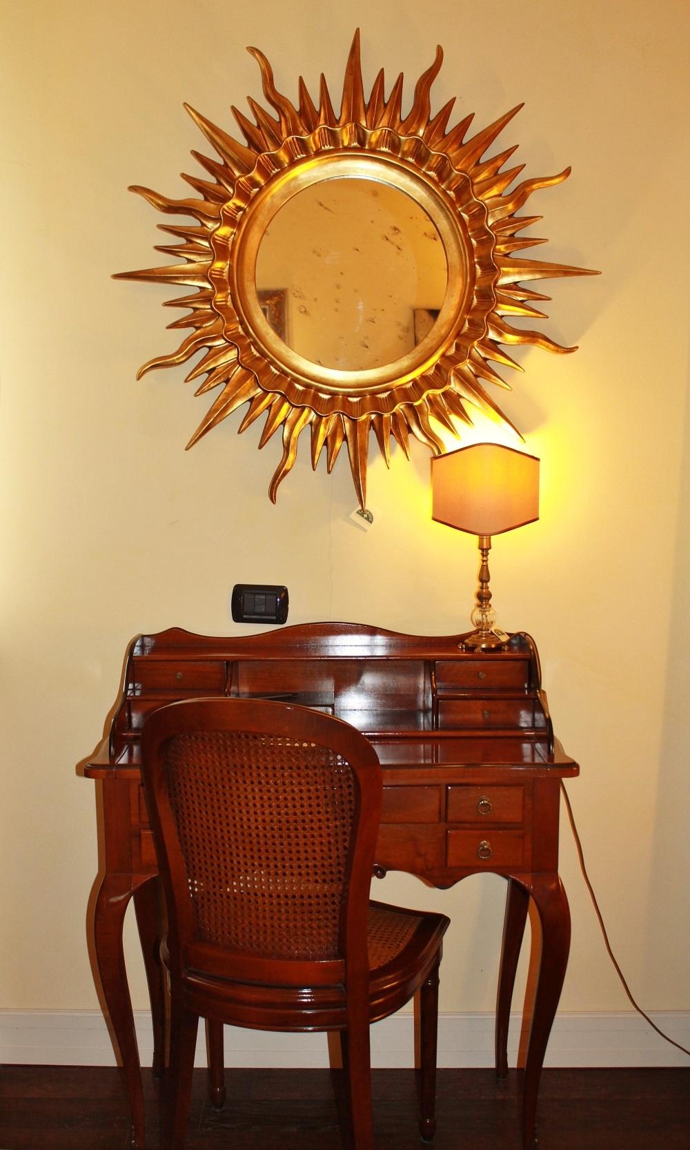 Specchio con cornice in legno dorato e vetro anticato al - Specchio anticato ...