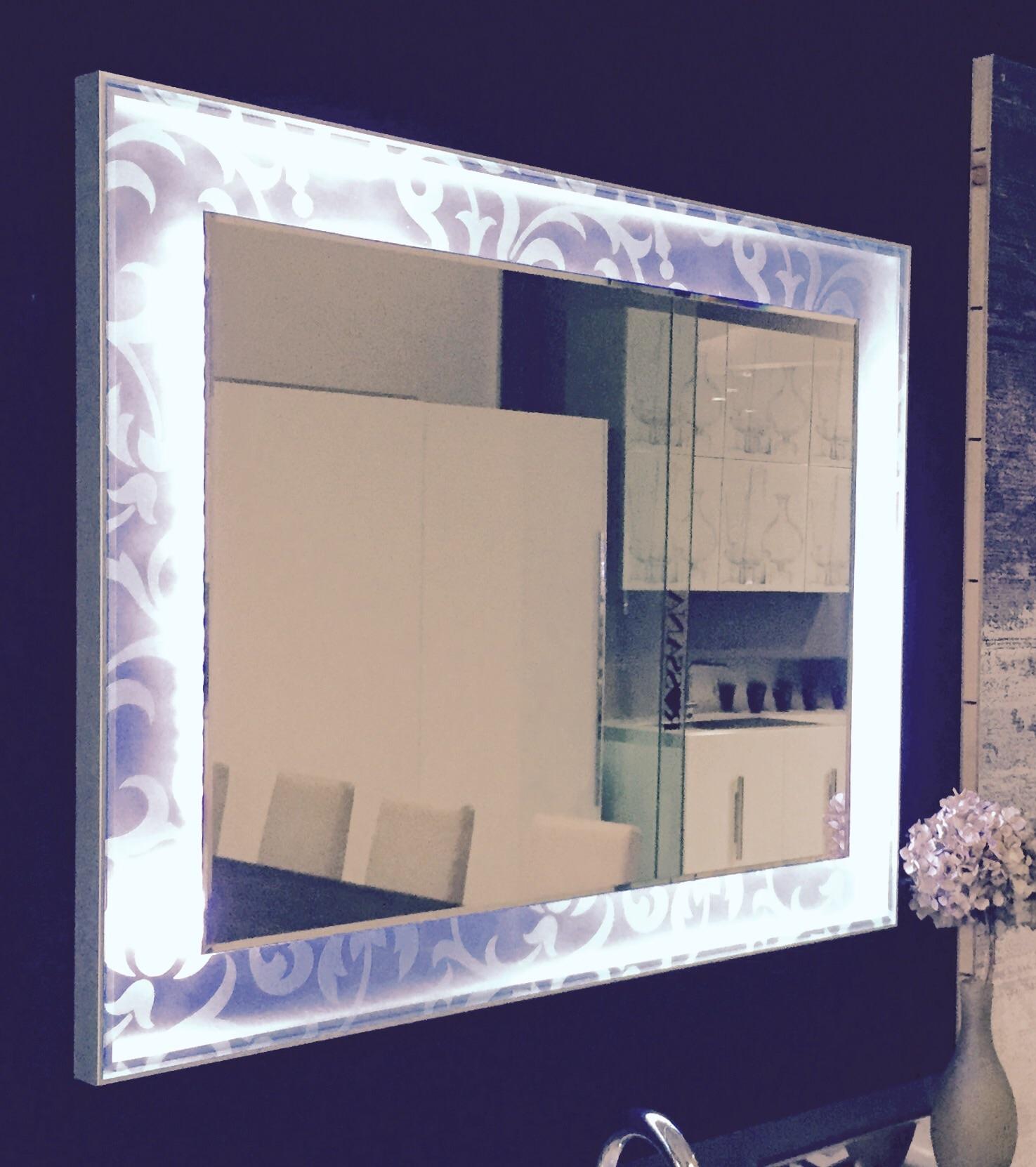 Specchio con cornice retroilluminata led e vetro decoro f for Cornice specchio