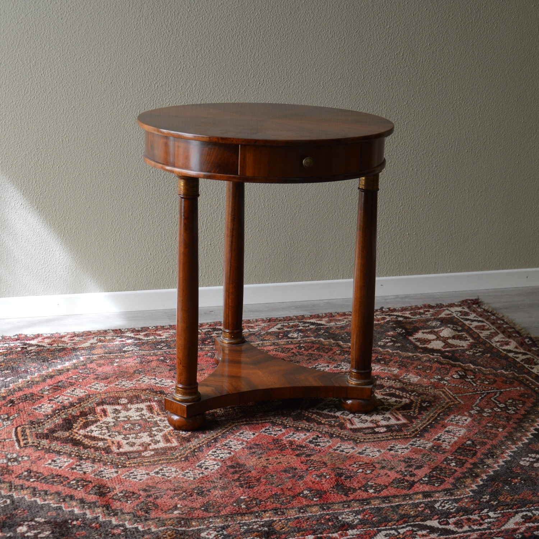 Tavolino tondo stile impero in noce scontato del 44 for Stile impero arredamento