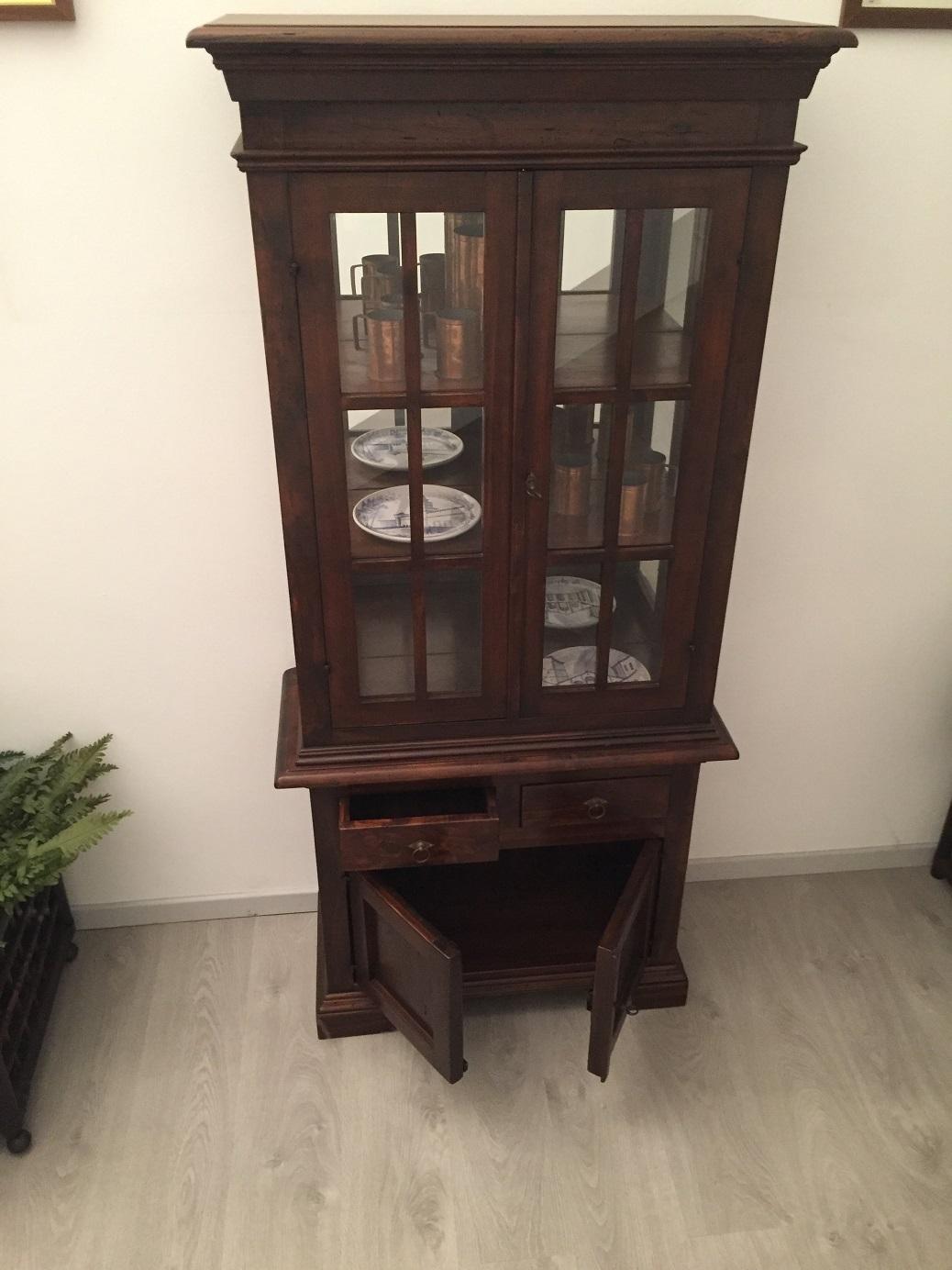 Vetrina classica in legno massello tinto noce con for Specchio noce